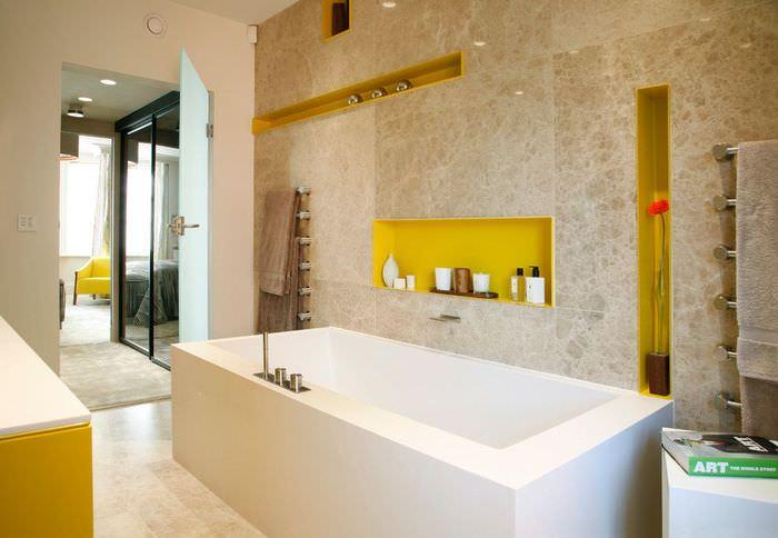 Использование нише в стене для хранение шампуней и гелей