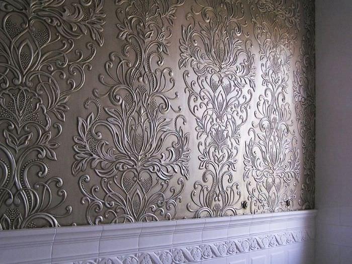 Красивые обои линкруста под покраску на стене жилой комнаты