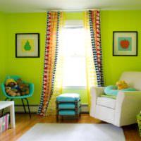 Ярко-зеленые краска на обоях в детской комнате