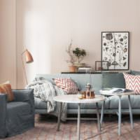 Светло-розовая окраска обоев на стене в гостиной