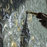 Ручное декорирование обоев на стене
