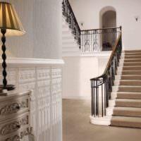 Рельефные обои в коридоре частного дома