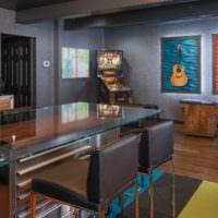 Интерьер гостиной частного дома с обоями под покраску