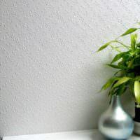 Мелкий растительный орнамент на крашенных обоях