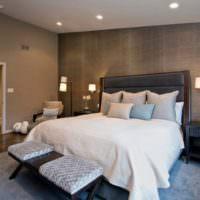 Интерьер темной спальни со светлым текстилем