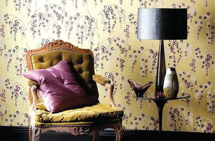 Обои с цветочными мотивами и кресло в стиле прованс