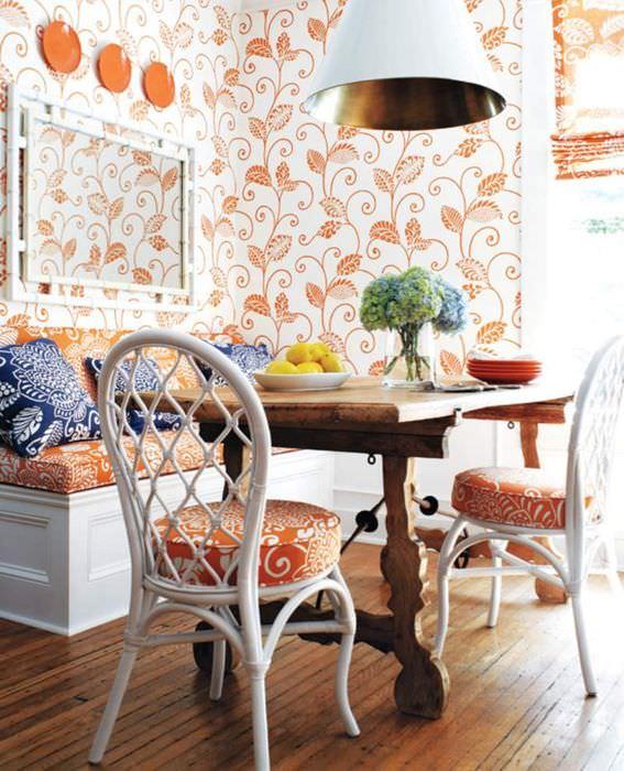Обои и оранжевыми узорами в дизайне кухни