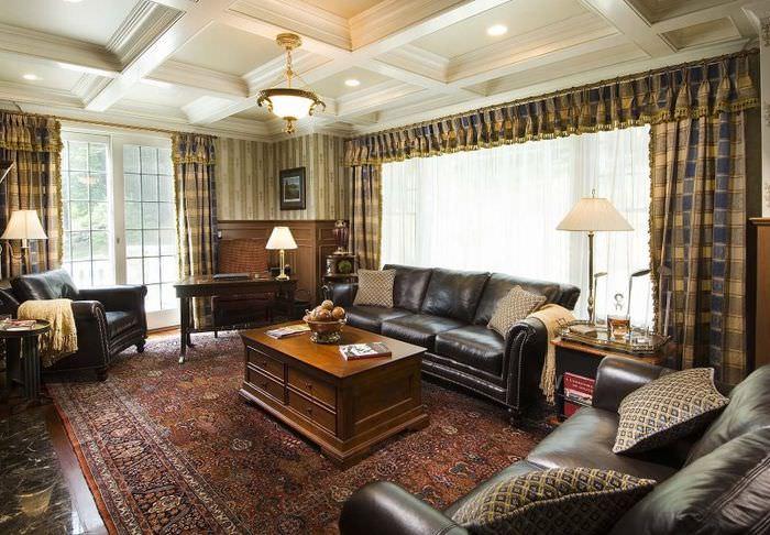 Интерьер гостиной в английском стиле с полосатыми обоями