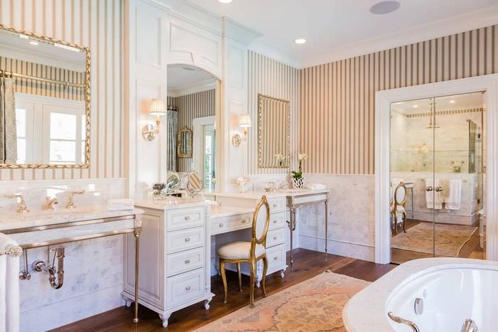 полосатые обои в ванной комнате классического стиля