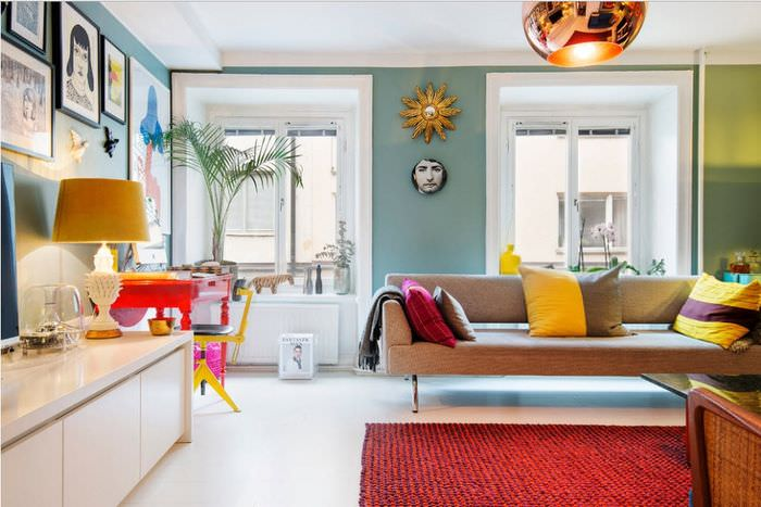 Отделка светлыми молдингами небольших окон в гостином помещении