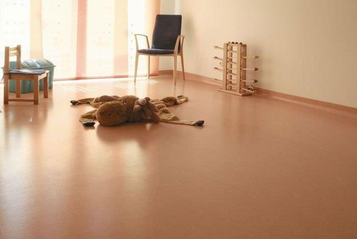 Интерьер комнаты с однотонным линолеумом