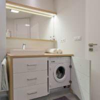 Встроенная стиральная машина рядом с раковиной