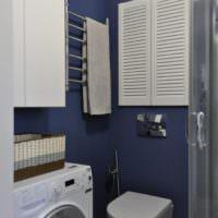 Синие стены и белая сантехника в ванной