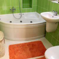 Угловая ванна и зеленая керамическая плитка