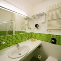 Сочетание зеленого и белого цветов в дизайне ванной