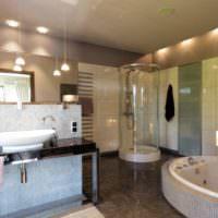 Просторная ванная комната в загородном доме