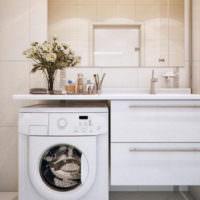 Стиральная машина и букет цветов в ванной комнате