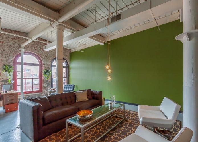 Стена оливкового цвета в гостиной с высоким потолком