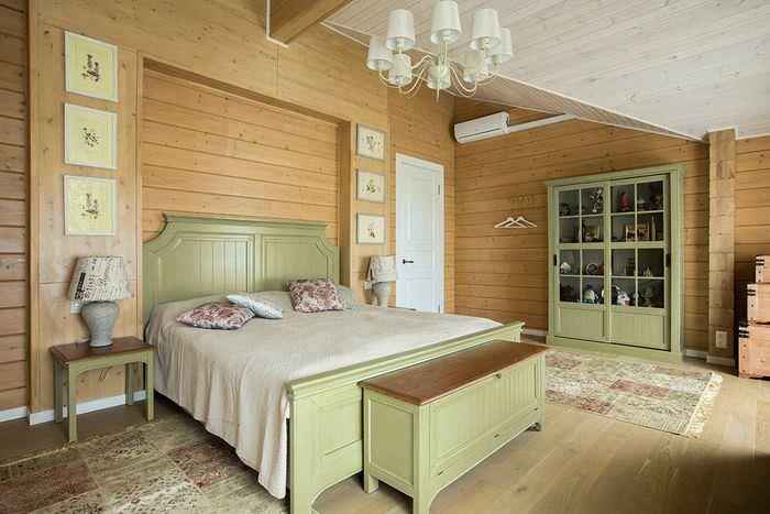 Дизайн спальни с оливковой мебелью и деревянными стенами