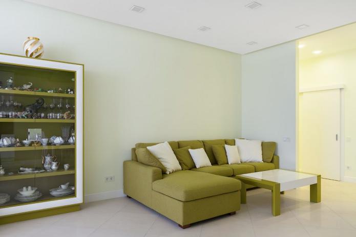 Угловой диван оливкового цвета в дизайне гостиной