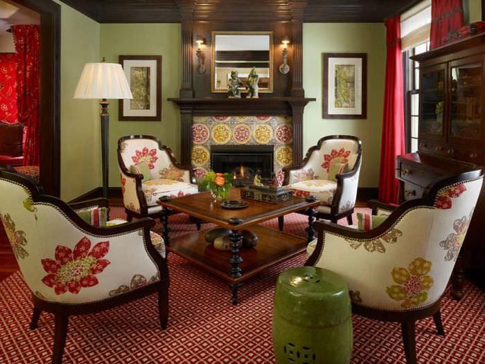 Дизайн гостиной с оливковыми стенами в сочетании с темно-коричневой мебелью