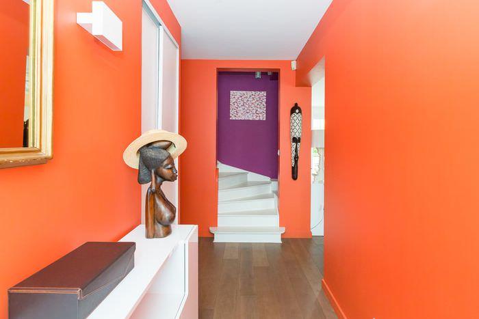 Интерьер прихожей городской квартиры в оранжевом цвете