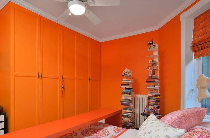 Дизайн спальни в оранжевом цвете с окнами на северную сторону дома