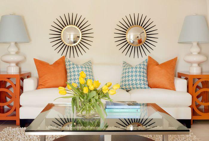 Оранжевые подушки на диване в интерьере гостиной