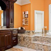 Оранжевые стены и мраморный пол в дизайне ванной комнаты
