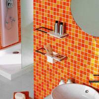 Оранжевая мозаика в интерьере санузла городской квартиры