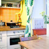 Кафельный фартук оранжевого цвета на кухне городской квартиры