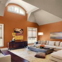 Оранжевые стены в комнате с высоким потолком