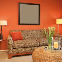 Серый квадрат на фоне оранжевых стен в гостиной