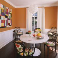Контраст белого и оранжевого в дизайне столовой
