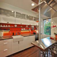 Оранжевый фартук в дизайне кухни