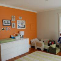 Оранжевая стена в детской комнате