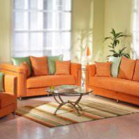Гостиная загородного дома с оранжевыми диванами