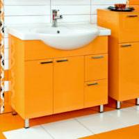 Тумба под раковину оранжевого цвета в ванной комнате
