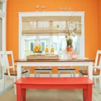 Светлая зона для принятия пищи с яркой оранжевой стеной