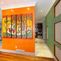 Оранжевая перегородка с картинами в жилом доме