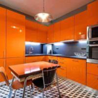 Глянцевые фасады оранжевого цвета на кухне