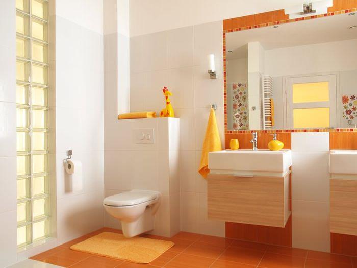 Интерьер ванной в оранжевых цветах в квартире молодой семьи