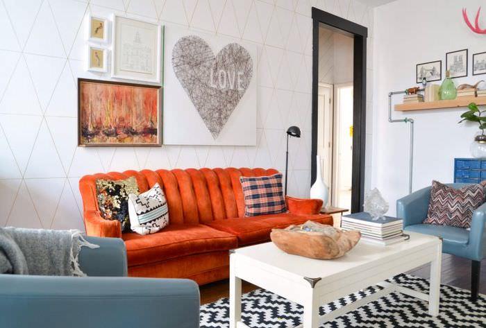 Оранжевый диван в гостиной с белыми стенами