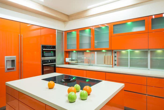 Сочетание оранжевого цвета с белым в интерьере кухни