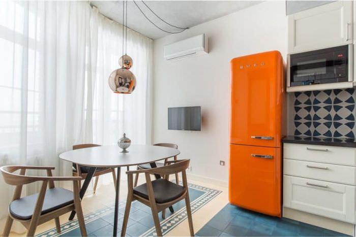 Дизайн белой кухни с оранжевым холодильником