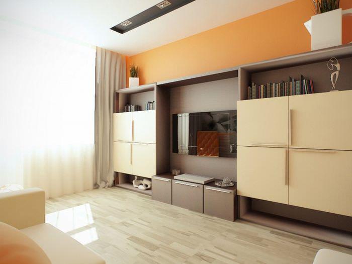 Сочетание оранжевого цвета с бежевым в оформлении гостиной