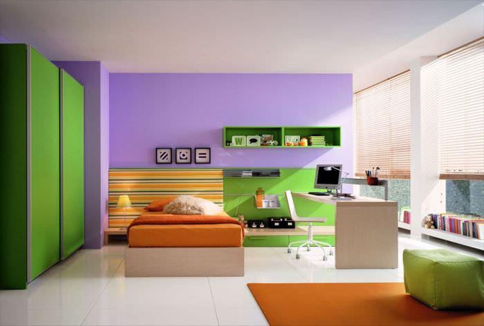 Интерьер гостиной в футуристическом стиле, сочетающий оранжевый и фиолетовый цвета
