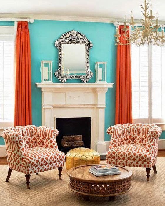 Оранжевые шторы и голубые стены в дизайне гостиной