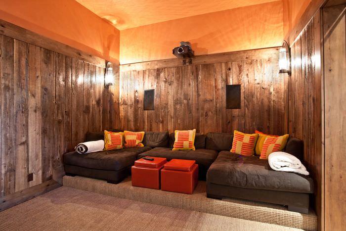 Интерьер домашнего кинозала с оранжевым потолком