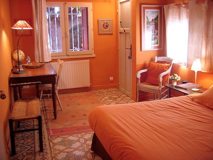Оранжевый интерьер спальни в стиле прованс